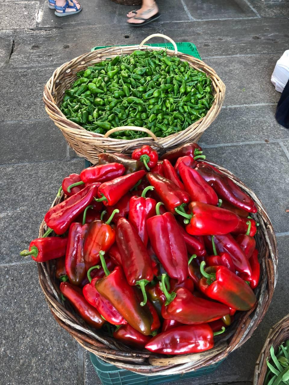 Körbe voller Pimientos und Paprika