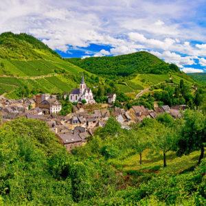 Traben-Trarbach an der Mosel mit Weinbergen und Hunsrück, Rheinland-Pfalz